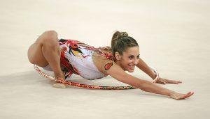 Almudena Cid haciendo una exhibición durante el Campeonato Mundial de Patras con participación de numerosas mujeres deportistas