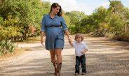 Madre e hijo paseando en la calle