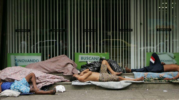 Personas tiradas en la calle