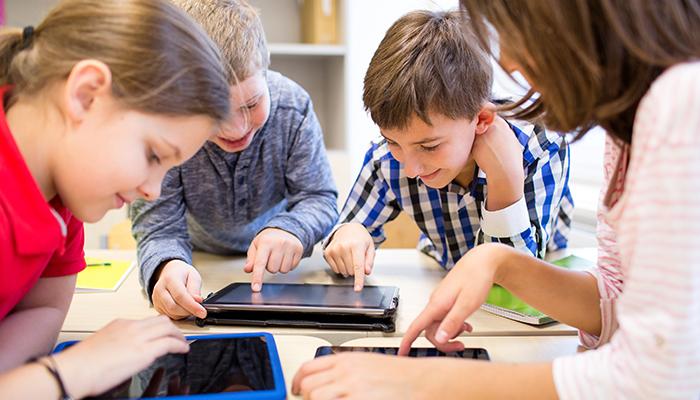 Niños usando unas tablets