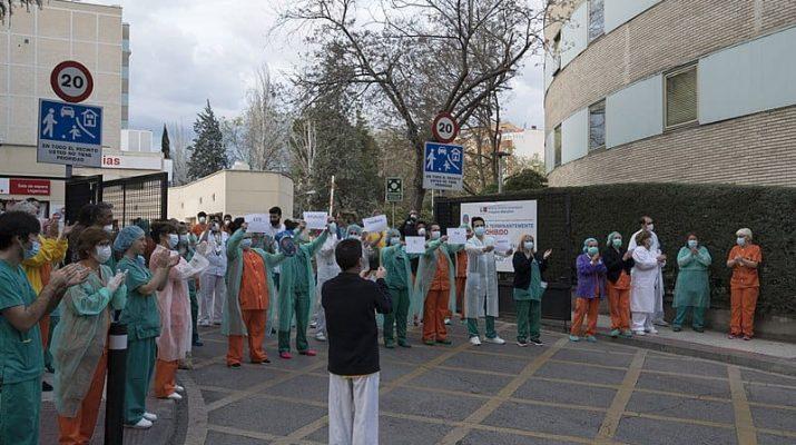 Sanitarios aplaudiendo en Madrid