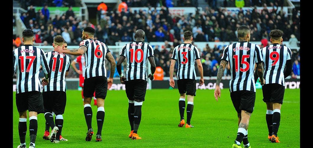 Plantilla del Newcastle F.C. durante un partido esta