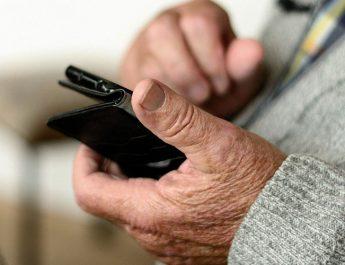 Persona mayor usando el móvil