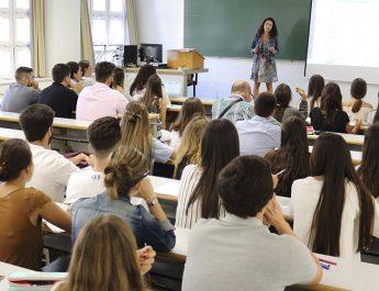 Alumnos asistiendo a una clase presencial