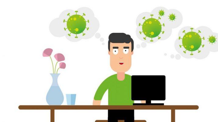 Hombre usando el ordenador