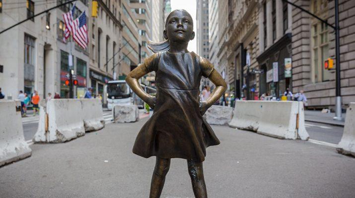 Estatua de una niña frente al toro de Wall Street