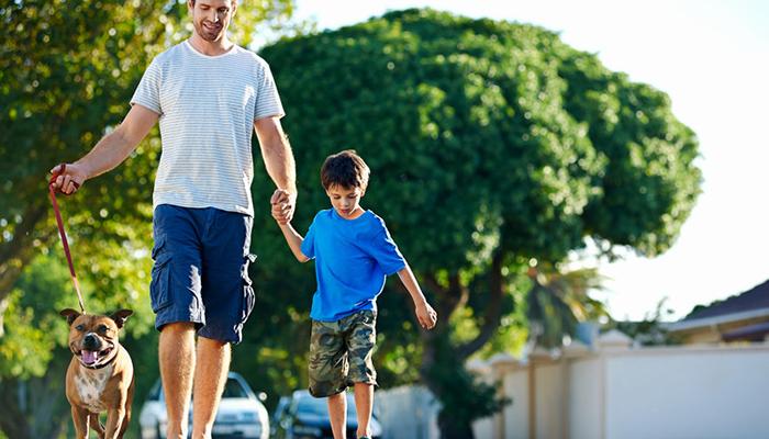 Padre e hijo pasean libremente por la calle