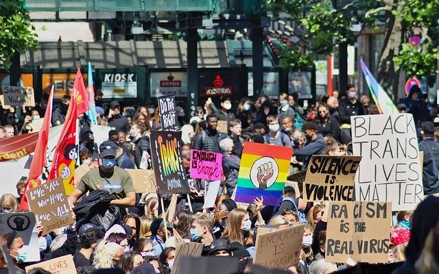 manifestantes contra el racismo