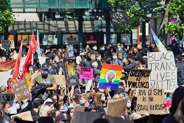 Diversas personas reunidas en una manifestación contra el racismo.