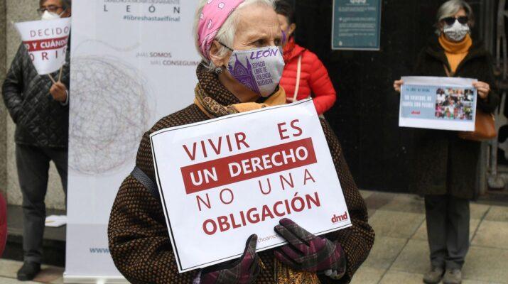 Ascensión Cambrón, presidenta de la asociación DMD en León sujeta una pancarta en una manifestación a favor de la eutanasia