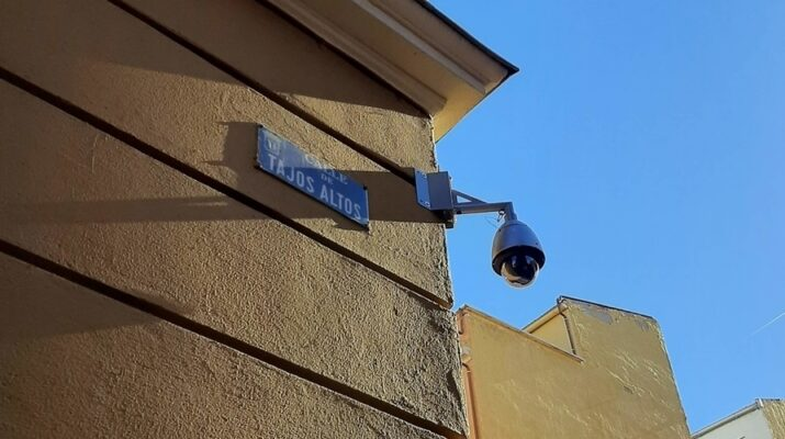 Cámara de vigilancia situada en la esquina de la Calle Tajos Altos con la Calle Puerto Alto del distrito madrileño de Puente de Vallecas.