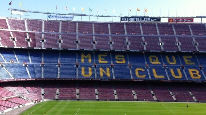 Gradas del Camp Nou con los colores y el eslogan del equipo