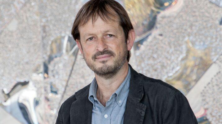 Ignasi Labastida, hombre de mediana edad vestido con americana y camisa, en plano medio con fondo gris