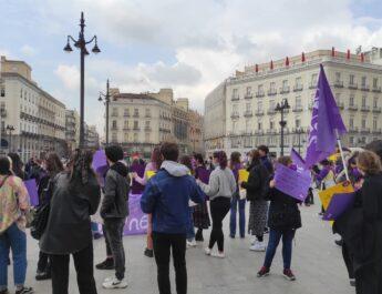 Manifestación por el 8M organizada por el Sindicato de Estudiantes con un centenar de personas a lo largo de la Puerta del Sol