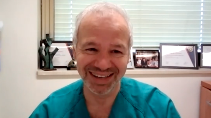 El doctor Martínez-Sellés sonriendo en su despacho durante la entrevista