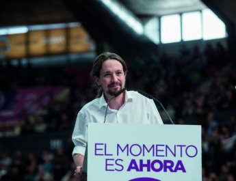 Pablo Iglesias, líder de Unida Podemos, frente a un atril dando un discurso.