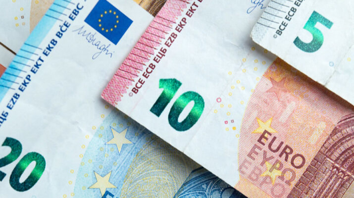 Billetes de veinte, diez y euros.