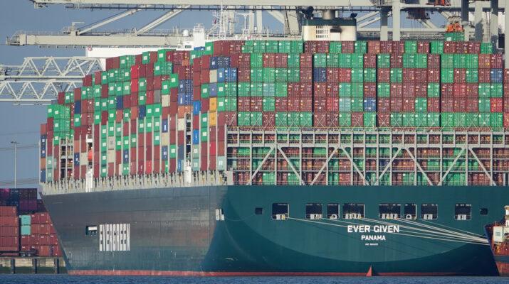 El buque mercante en una maniobra habitual de carga
