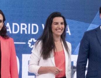 Isabel Díaz Ayuso, Ignacio Aguado y Rocío Monasterio posando juntos en un acto en 2019