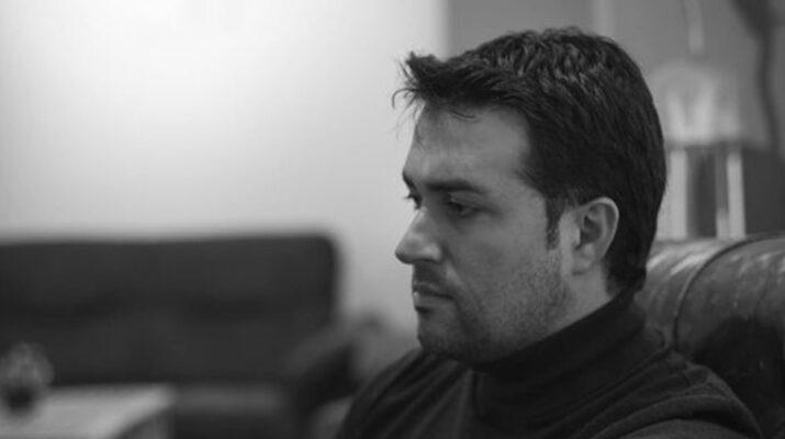 Edu Bayón sentado en un sofá mirando de lado, en una fotografía en blanco y negro