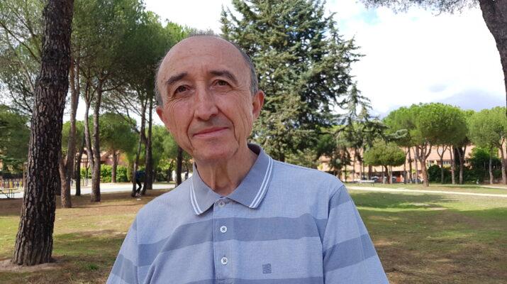 Hombre mayor con camisa, plano medio con fondo de un parque