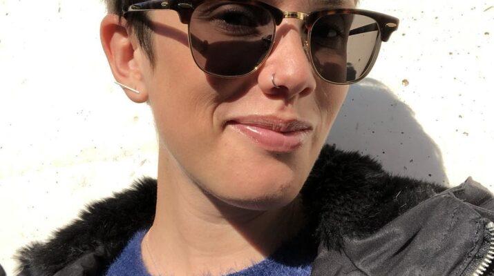 Fotografía de Erika Irusta posando con unas gafas de sol y con una sonrisa
