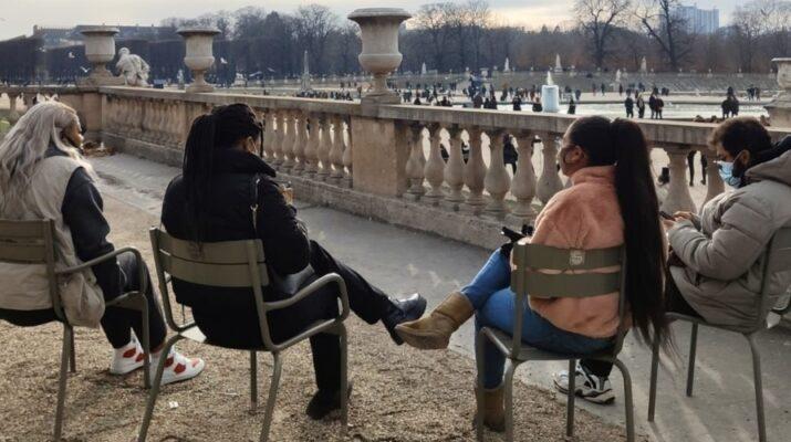 Cuatro personas sentadas en sillas en un parque de Francias respetando la distancia de seguridad