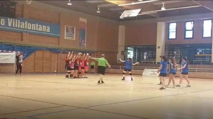 Jugadora del Aranjuez femenino lanzando un tiro libre durante el partido contra el Móstoles femenino