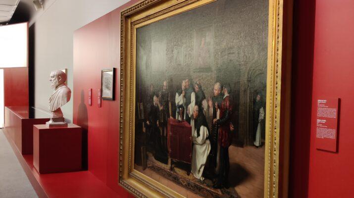 Uno de los cuadros expuesto junto a una escultura