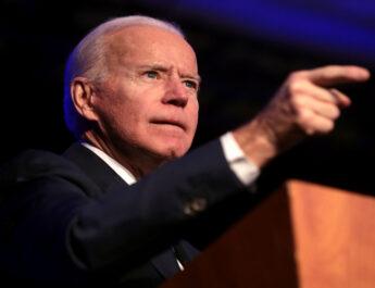 El presidente de EE.UU. aparece detrás de un atril dando una conferencia y señalando con el dedo hacia delante