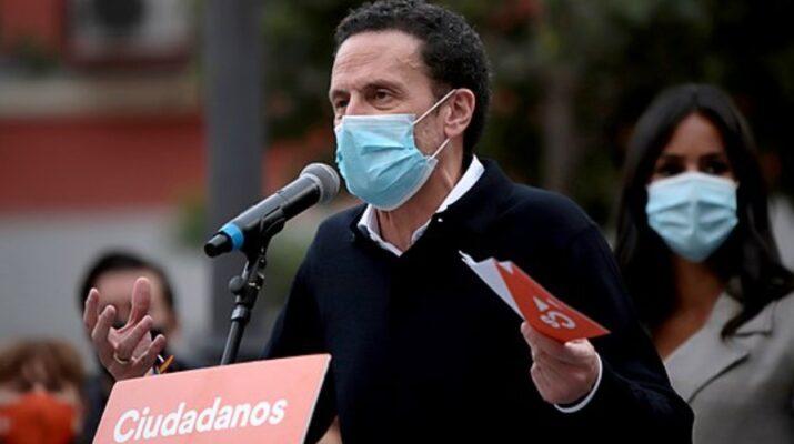 Edmundo Bal con mascarilla dando un discurso electoral en la plaza de Lavapiés en Madrid