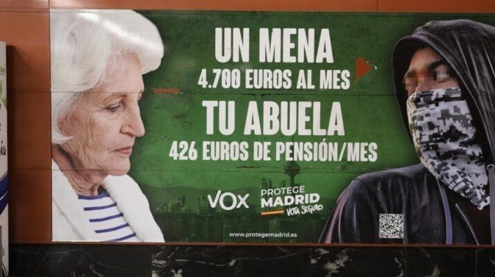 Cartel de Vox donde sale una señora mayor, de blanco y un joven de piel oscura encapuchado y con un pañuelo tapándole la cara.