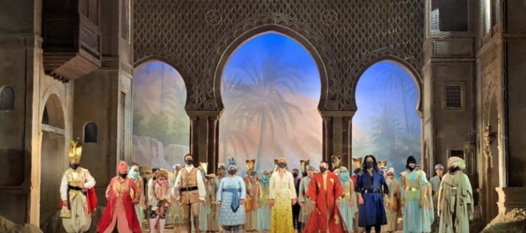 Actores de la zarzuela Benamor saludando al público tras la actuación en el Teatro de la Zarzuela