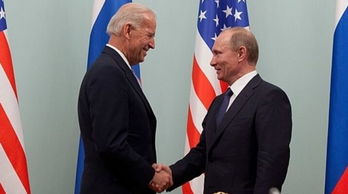Biden y Putin con unas banderas de fondo // Official White House Photo by David Lienemann. PD. https://commons.wikimedia.org/wiki/File:Vice_President_Joe_Biden_greets_Russian_Prime_Minister_Vladimir_Putin.jpg