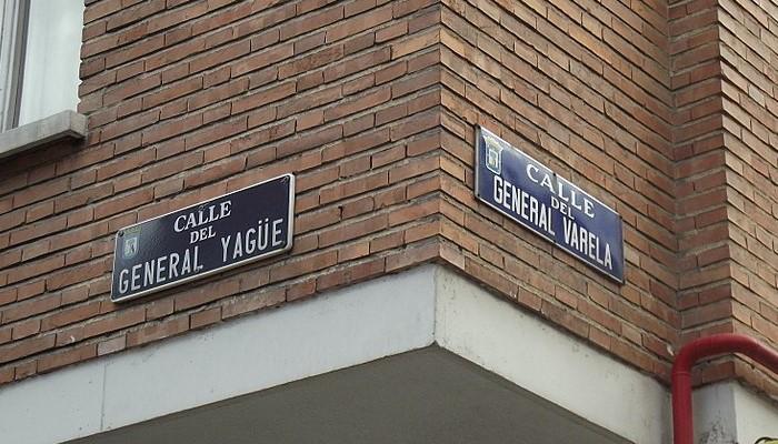 La calle del General Yagüe confluye en una esquina con la calle del General Varela en la ciudad de Madrid