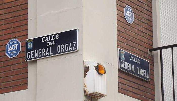 La calle del General Orgaz confluye en una esquina con la calle del General Varela en la ciudad de Madrid