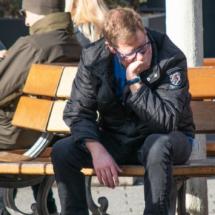 Hombre sentado en un banco angustiado
