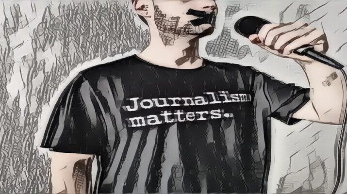 Periodista con la boca tapada sosteniendo un micrófono