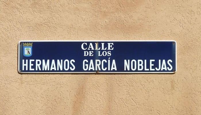 Placa de la calle de los hermanos García Noblejas en la ciudad de Madrid