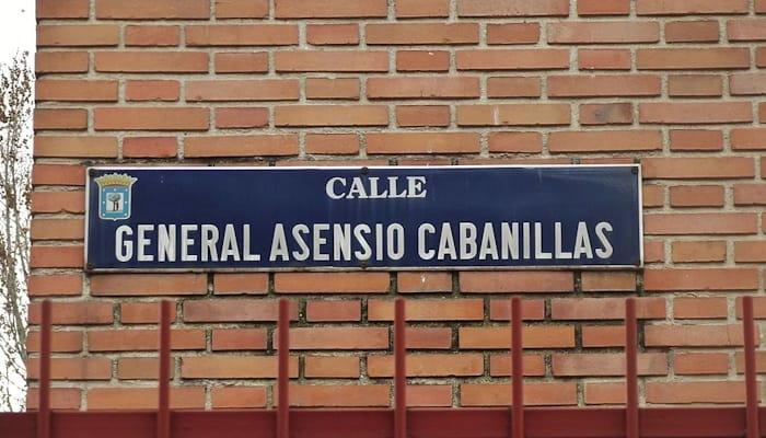 Placa de la calle del General Asensio Cabanillas en la ciudad de Madrid