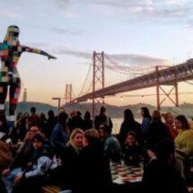 Puente 25 de abril de Lisboa lleno de gente en un atardecer