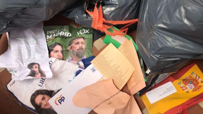 Folletos de propaganda electoral de algunos partidos en la basura