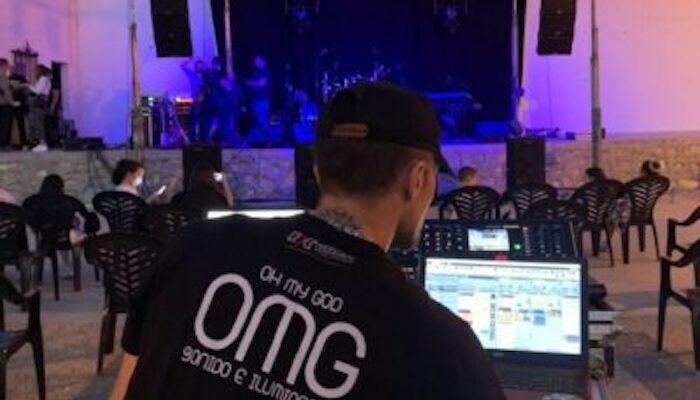 Técnico iluminación antes de un concierto preparando la sesión