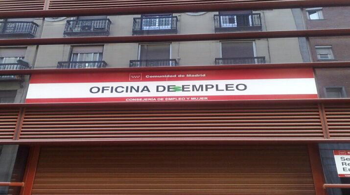 """En la imagen aparece el cartel de la puerta de la Oficina de empleo al que le han pintado una """"s"""" quedando así como oficina desempleo."""
