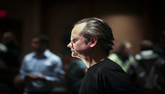 Imagen de Lawrence Lessig mirando al frente